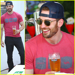 Chris Evans Relaxes in the Heineken House During the US Open!