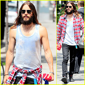 Jared Leto Brings Back Popular 90s Fashion Trend By Putting Shirt Around His Waist!