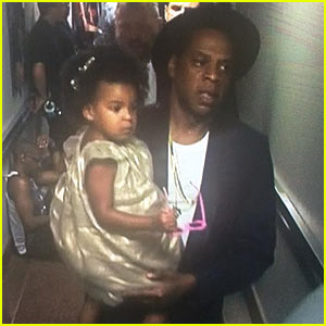 Jay Z Holds Blue Ivy Backstage with Beyonce at VMAs 2014!