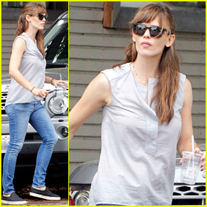 Jennifer Garner Steps Out in Loose Fitting Shirt Amid Pregnancy Speculation
