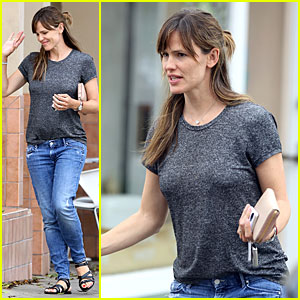 Jennifer Garner Steps Out In Fitted Tee After False Pregnancy Rumors