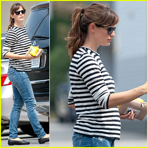 Jennifer Garner Steps Out Solo Amid Pregnancy Rumors