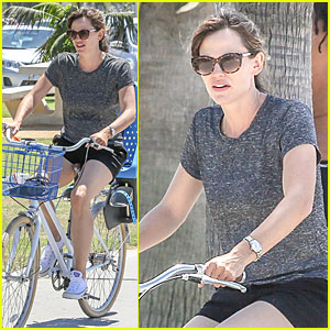Jennifer Garner Works Her Legs During Bike Ride in Santa Monica