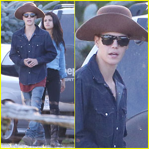Justin Bieber & Selena Gomez Ride Horses During 'Peaceful' Vacation