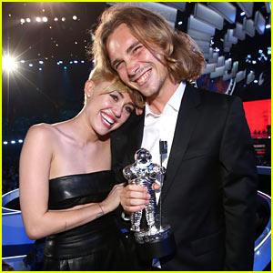 Miley Cyrus Has Homeless Man Accept Her VMA - Watch Video