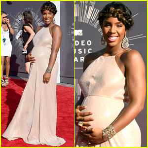Pregnant Kelly Rowland Cradles Her Baby Bump at the MTV VMAs 2014