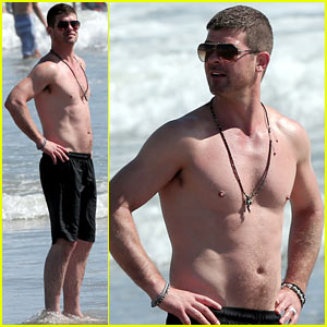 Robin Thicke Goes Shirtless for a Day at the Beach!