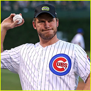 Chris Pratt Sings 'Take Me Out to the Ball Game' at Cubs Game!