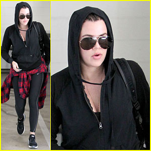 Khloe Kardashian Stays Undercover on Her Way to the Gym!
