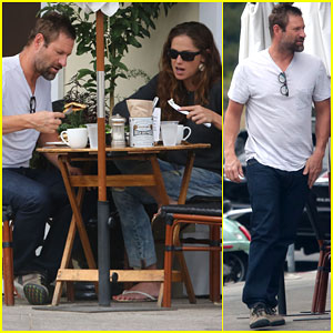 Aaron Eckhart Uses His Time Off to Enjoy Lunch with a Friend