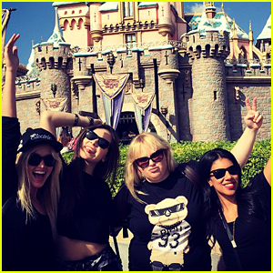 Hailee Steinfeld & Rebel Wilson Hit Up Disneyland With Their Fellow 'Pitch Perfect 2' Bellas!