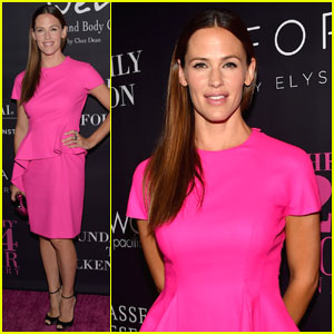 Jennifer Garner Dresses Perfectly to Host the Pink Party!