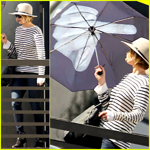 Jennifer Lawrence Gives the Middle Finger with Her Umbrella!
