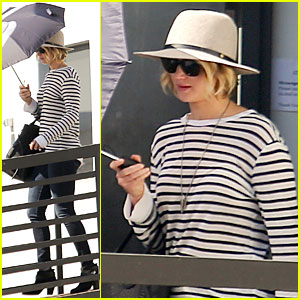 Jennifer Lawrence's Umbrella Protects Her from the Sun!