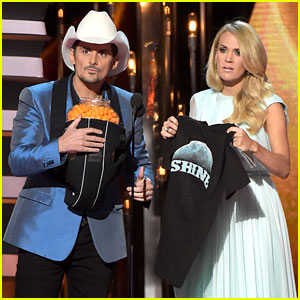 Brad Paisley Performs 'Perfect Storm' at CMA Awards 2014!