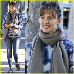 Jennifer Garner Goes All Natural & Fresh Faced While Out with a Pal