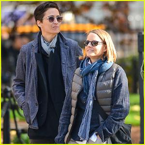 Jodie Foster & Wife Alexandra Hedison Enjoy NYC Park Stroll