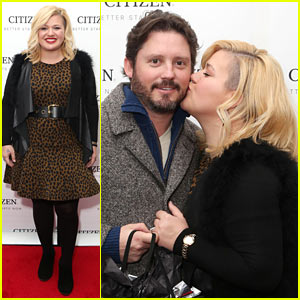 Kelly Clarkson Gives Hubby Brandon Blackstock a Red Carpet Kiss