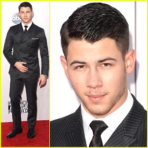 Nick Jonas Walks AMAs Red Carpet & Looks So Good Doing It
