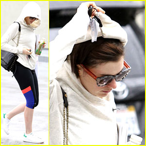 Anne Hathaway Doesn't Look Pleased with the Los Angeles Rain