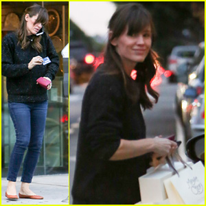 Jennifer Garner Picks Up a Few Gifts While Holiday Shopping