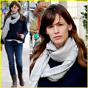 Jennifer Garner Fits In Some Last Minute Christmas Shopping