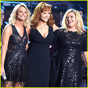 Kelly Clarkson Honors Mom in Law Reba McEntire at American Country Countdown Awards
