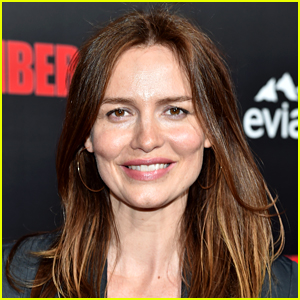 The 45-year old daughter of father (?) and mother Susie Burrows, 180 cm tall Saffron Burrows in 2017 photo