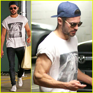 Zac Efron Should Always Roll Up His Shirt Sleeves Like This!