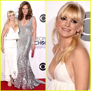 Anna Faris & Allison Janney Arrive for Hosting Duties at the People's Choice Awards 2015!
