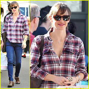 Jennifer Garner Buys Fruits & Veggies at Farmer's Market