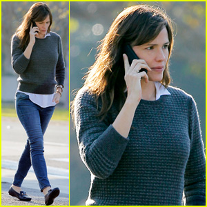Jennifer Garner Runs Errands Ahead of the Golden Globes