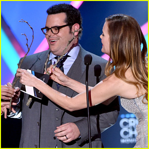 Josh Gad Becomes Olaf Again on Critics' Choice Stage (Video)