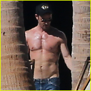 Justin Theroux Looks So Ripped & Tan While Going Shirtless in Cabo with Jennifer Aniston