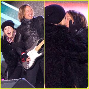 Nicole Kidman & Keith Urban Share a Sweet New Year's Kiss!