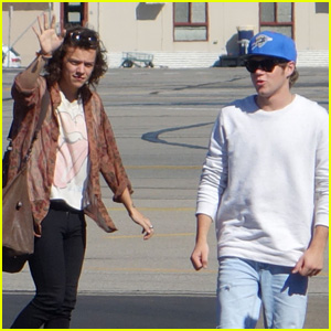 Harry Styles Greets One Direction Fans Upon Adelaide Arrival