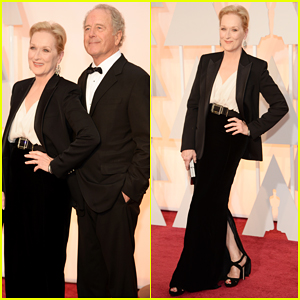 Meryl Streep Shows Off Some Leg at the Oscars 2015 Red Carpet!