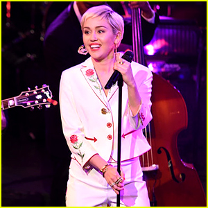 Miley Cyrus Covers Paul Simon on 'SNL 40' - Watch Now!