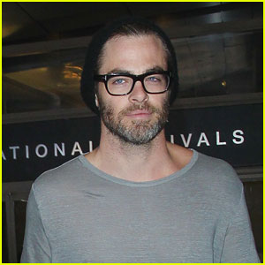 Chris Pine Makes A Handsome Arrival in Los Angeles