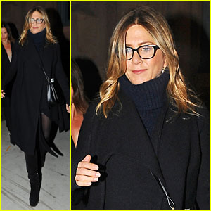 Jennifer Aniston Catches 'Hamilton' Off-Broadway With Friends