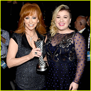 Kelly Clarkson Presents Reba McEntire Milestone Award at ACM Awards 2015  - Watch Her Performance!