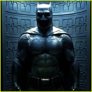 'Batman v Superman' Director Gives First Look at Ben Affleck's Full Batman Costume!