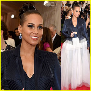 Alicia Keys Brings a Royal Look to Met Gala 2015