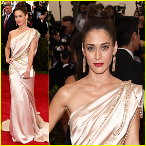 Lizzy Caplan Is Master of Class at Met Gala 2015!