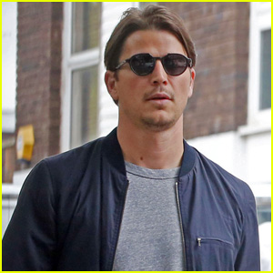 Josh Hartnett Strolls London After News He's Becoming a Dad