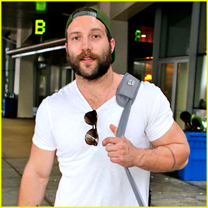 Terminator's Jai Courtney Muscles Up in His Tight White Tee!