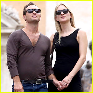 Jude Law & Girlfriend Phillipa Coan Hold Hands While Sightseeing in Rome!