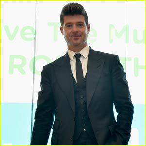 Robin Thicke Helps VH1 Save the Music in New York City