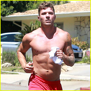 Ryan Phillippe Shows Off Hot Shirtless Body While Jogging!