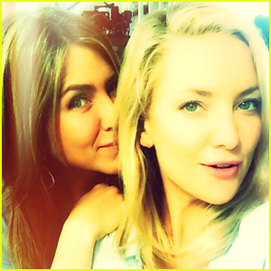 Jennifer Aniston & Kate Hudson Snap an On Set Selfie!